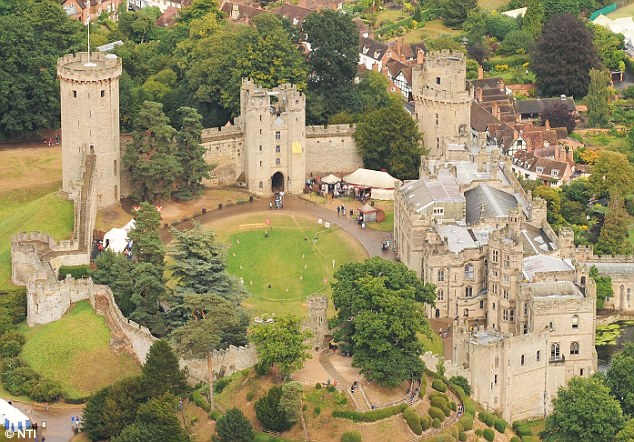 //www.greyhoundinn.co.uk/wp-content/uploads/2017/05/Warwick-castle.jpg
